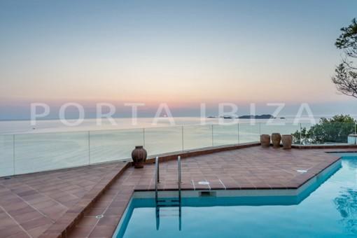 Villa de diseño en primera línea en Cala Molí con proyecto de renovación existente