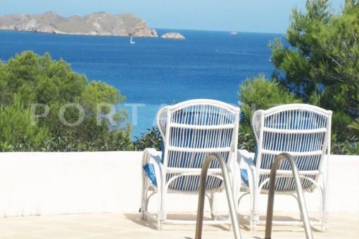 Villa con mucho potencial en la Cala Tarida con fenomenales vistas al mar