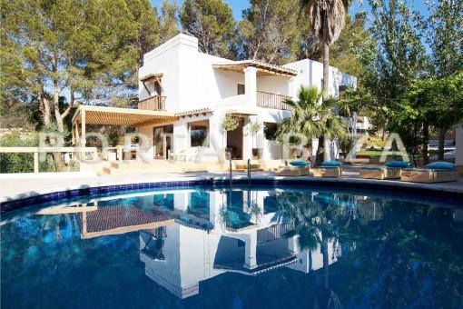 Villa estupenda en San José con maravilloso jardín mediterráneo