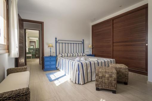Dormitorio grande con armario empotrado
