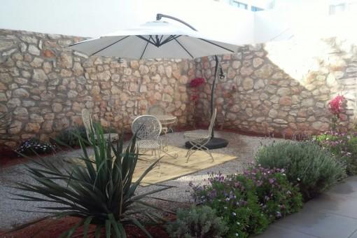 Teraza con pared de piedra natural