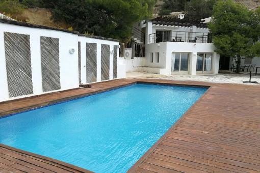 Gran área de piscina