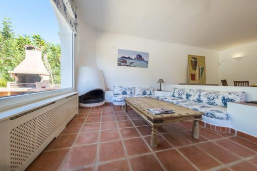 Acogedor sala de estar con chimenea