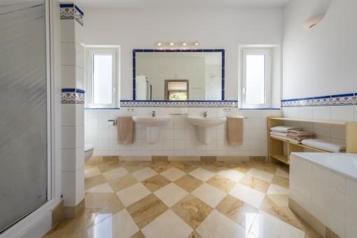 Baño noble con ducha y bañera