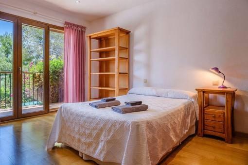 Dormitorio principal con cama doble