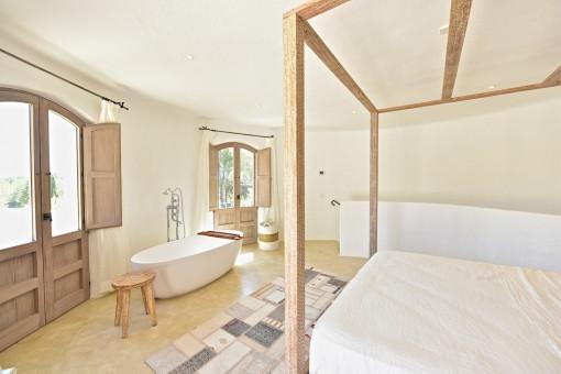 Dormitorio con bañera
